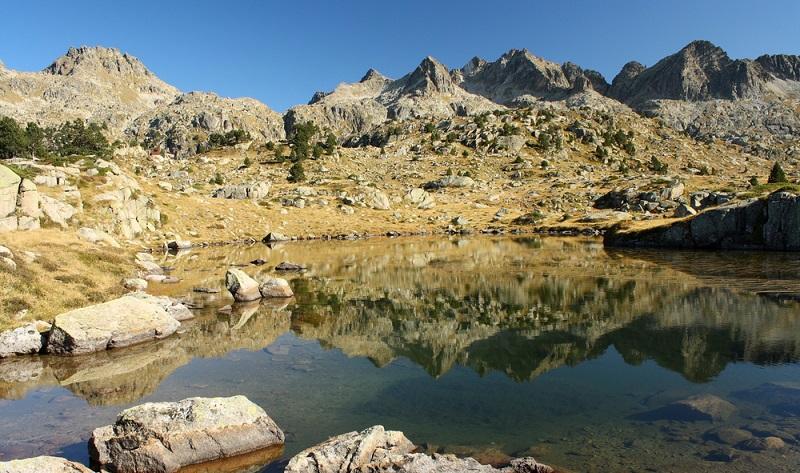 """Das Konzept des Nationalparks (französisch """"Parc national"""") kennt man zunächst einmal aus den USA. In Frankreich gibt es seit 1960 ein eigenes Gesetzt, welches die Gründung eines solchen Nationalparks regelt. Es wurde am 22. Juli im Jahr 1960 verabschiedet und beschreibt die Voraussetzungen für die Gründung eines solchen Parks. (#01)"""