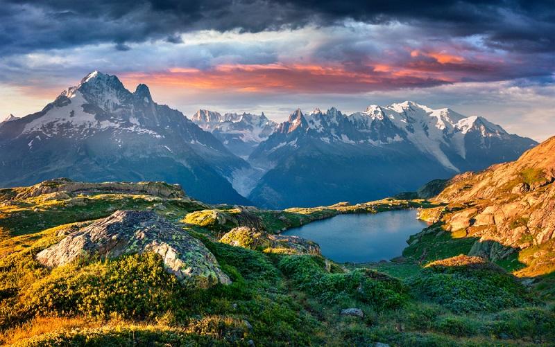 Naturreservate sind Gebiet, in denen ein außergewöhnliches Naturerbe von speziellen Gesetzten geschützt wird. Je nach Zielsetzung, ihrer Umgebung und ihrer Geographie werden sie in nationale, regionale und korsische Reservate unterteilt. Im Jahr 2007 gab es insgesamt 320 Naturreservate, die mehr als 572.000 Hektar umfassten. Davon waren 153 nationale, 161 regionale und sechs korsische Reservate.(#04)