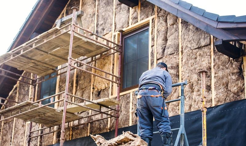 Die KfW bietet neben der Förderung im Neubau auch Förderprogramme im Bestandsbau an. ( Foto: Shutterstock- Halfpoint)