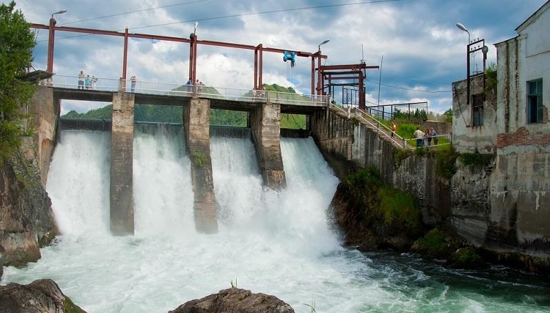 Wasserkraftwerke arbeiten überaus effizient und erreichen einen sehr hohen Wirkungsgrad. Experten gehen davon aus, dass zwischen 75 und 90 Prozent der kinetischen Energie des Wassers in elektrische Energie und damit in Strom umgewandelt werden können. ( Foto: Shutterstock-Opra)